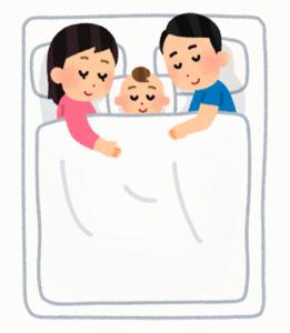 川の字で寝る親子