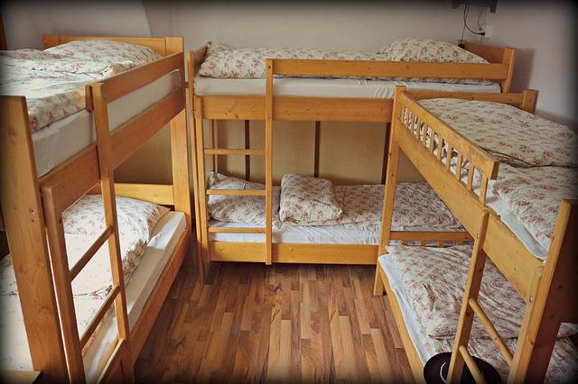 簡易宿泊施設の二段ベッド
